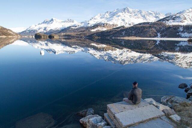 Fjord in noorwegen waar zalm wordt gekweekt