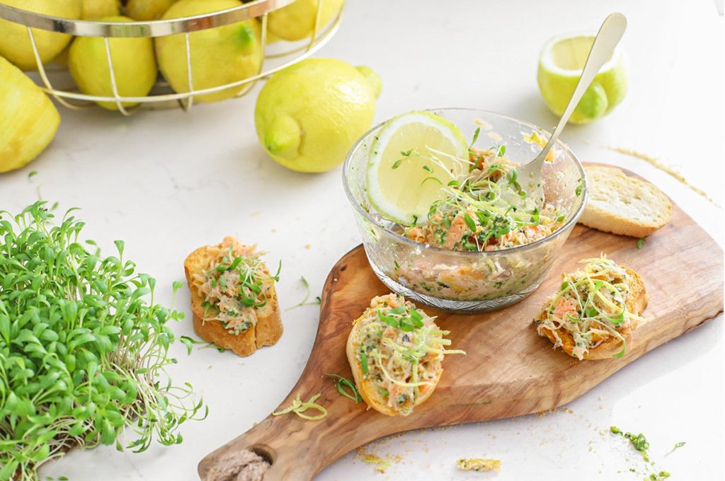 Zalmsalade met warm gerookte zalm en pesto