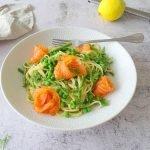 Spaghetti met zalm en asperge op wit bord en marmer blad